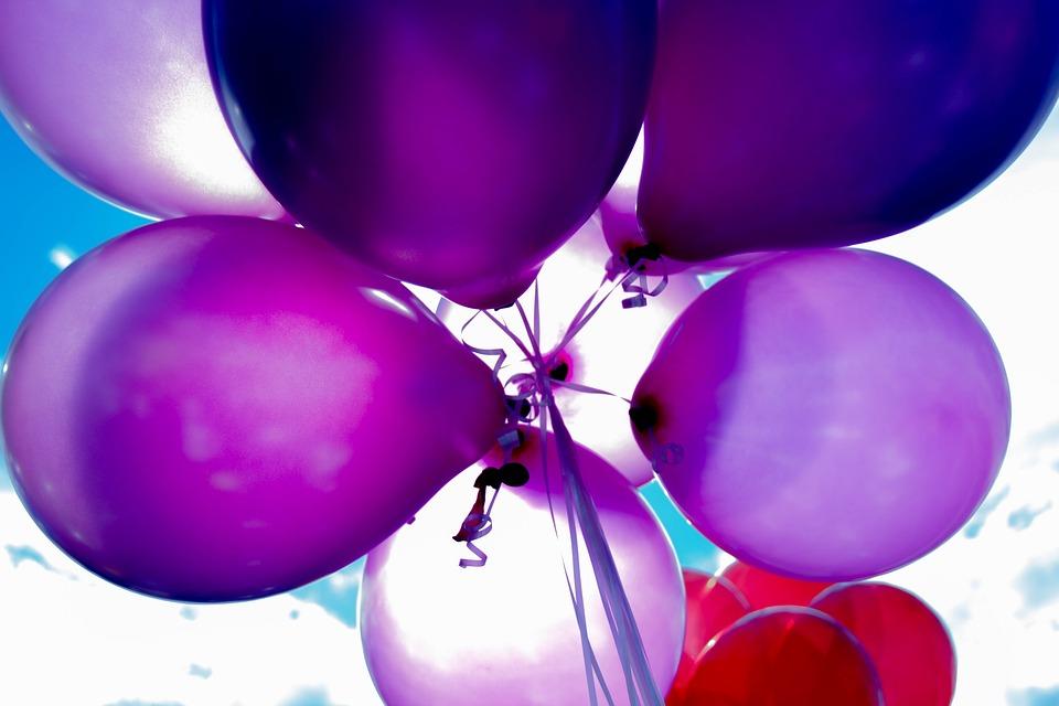 fialové balónky