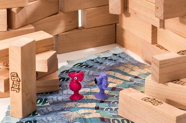 jenga, peníze, figurky