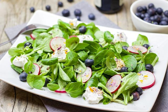 borůvky a ředkvičky v salátu