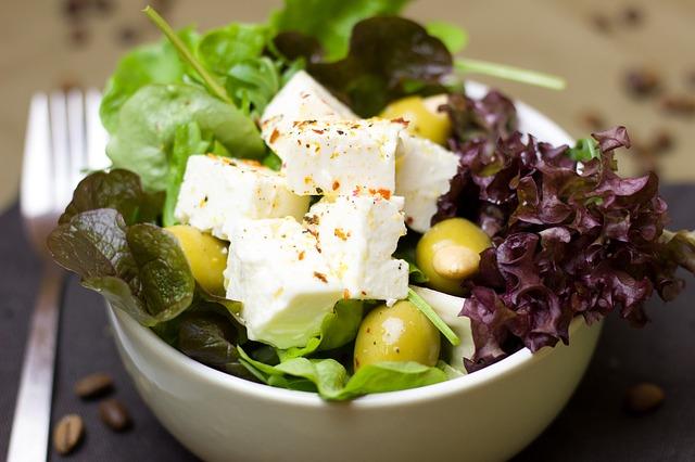ovčí sýr v salátu