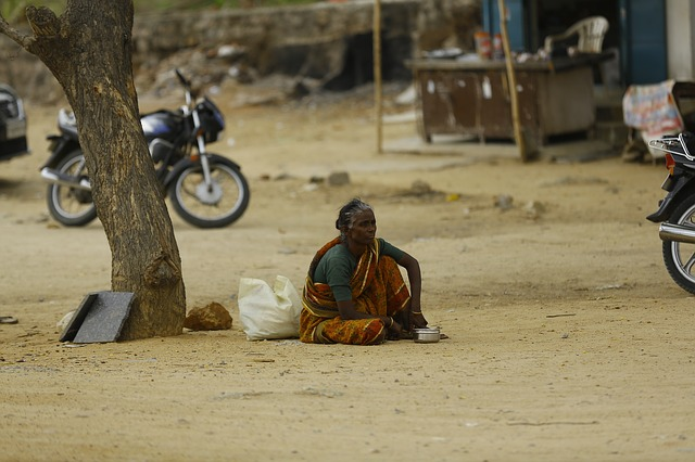 dáma v indické vesnici