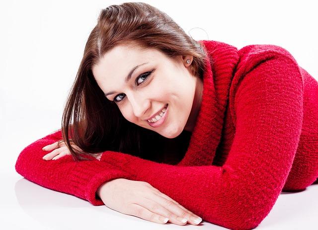 žena s úsměvem vleže