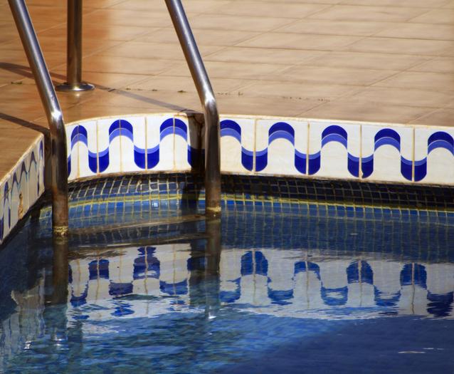 schůdky k bazénu.jpg