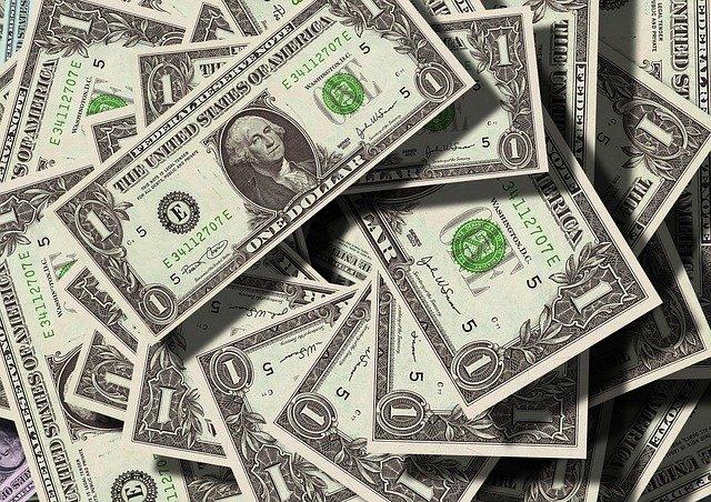 hromada amerických dolarů